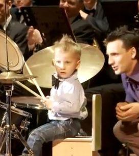 Un niño de 3 años toca la batería de forma prodigiosa junto a la orquesta sinfón