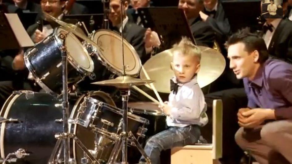 Un niño de 3 años toca la batería de forma prodigiosa junto a la orquesta sinfónica de Rusia