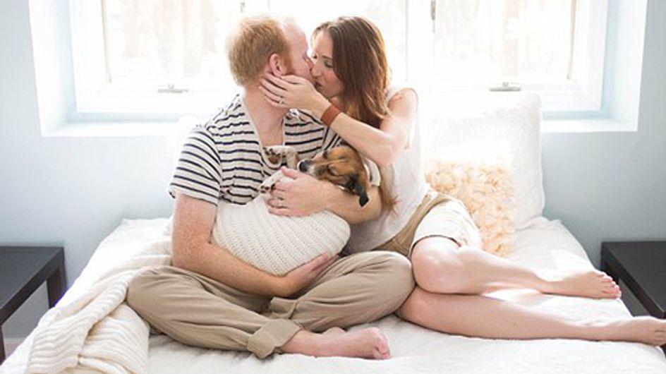 Una adorable sesión fotográfica: un perrito se convierte en el bebé de esta pareja