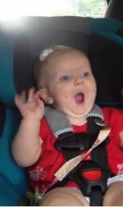 Une petite fille qui écoute Katy Perry