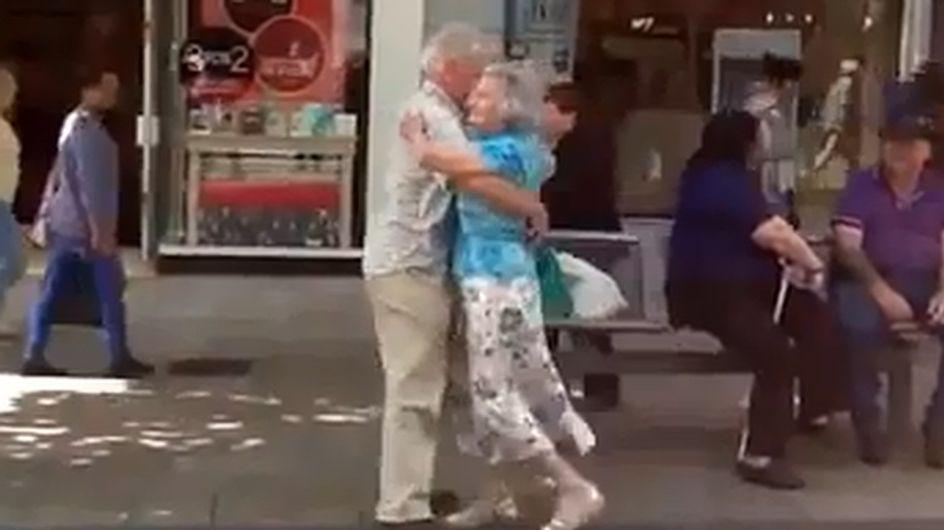 Dieses Paar zeigt uns, was Liebe ist - und tanzt auf offener Straße!