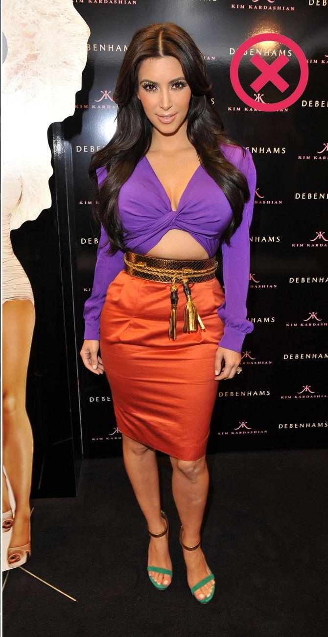 Kim Kardashian com cropped muito justo