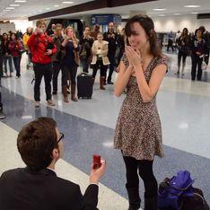 Una pedida de mano llena de ternura: sorprende a su chica en el aeropuerto con canciones románicas