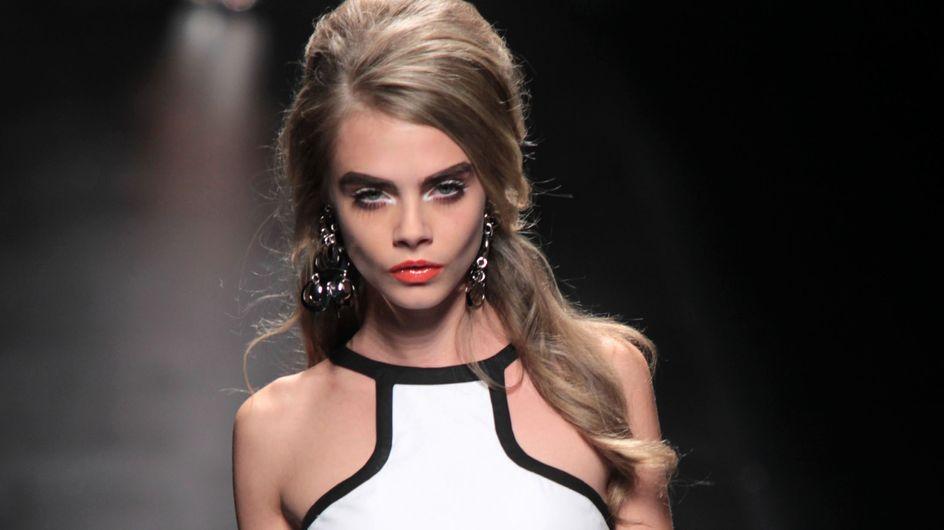 On veut un t-shirt Cara Delevingne pour DKNY