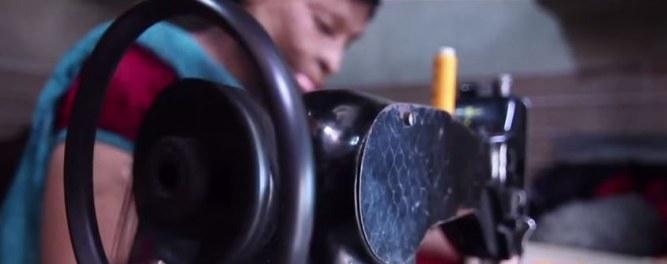 Rupa sentada en su máquina de coser
