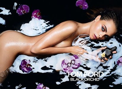Cara Delevingne, sensuelle pour le parfum Black Orchid
