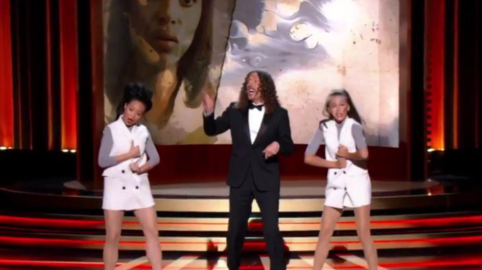 Weird Al détourne les génériques de séries pendant les Emmy Awards 2014