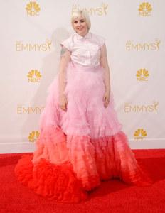 Lena Dunham, dans une robe Giambattista Valli, aux Emmy Awards 2014