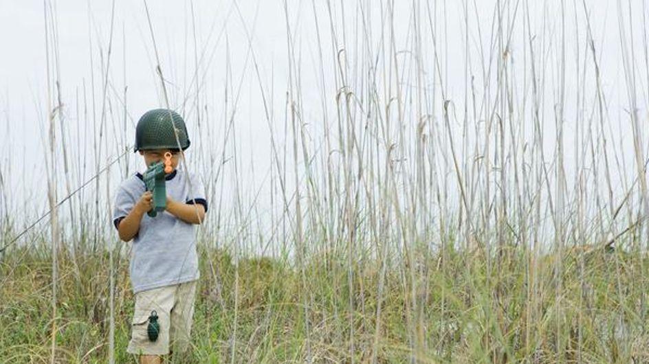 El peligroso juego de las armas: ¿Por qué enseñar a un niño a disparar?
