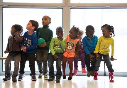 Des enfants sur le banc de l'école