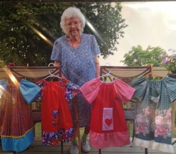 Lilian Weber coud chaque jour une robe pour des petites filles défavorisées