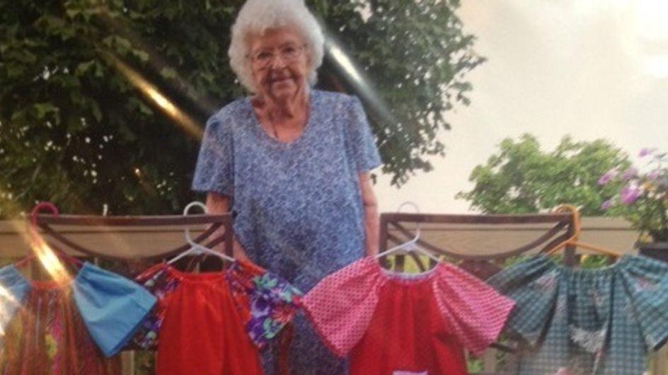 Una mujer de 99 años cose cada día un vestido para las niñas más desfavorecidas
