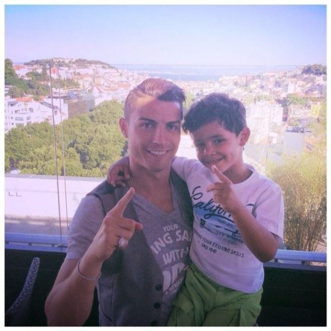 Cristiano Ronaldo avec son enfant