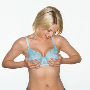 Une femme regardant ses seins