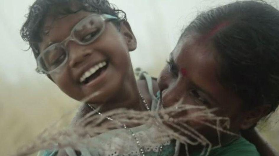 Aveugles depuis la naissance, deux jeunes soeurs découvrent le monde pour la première fois (Vidéo)
