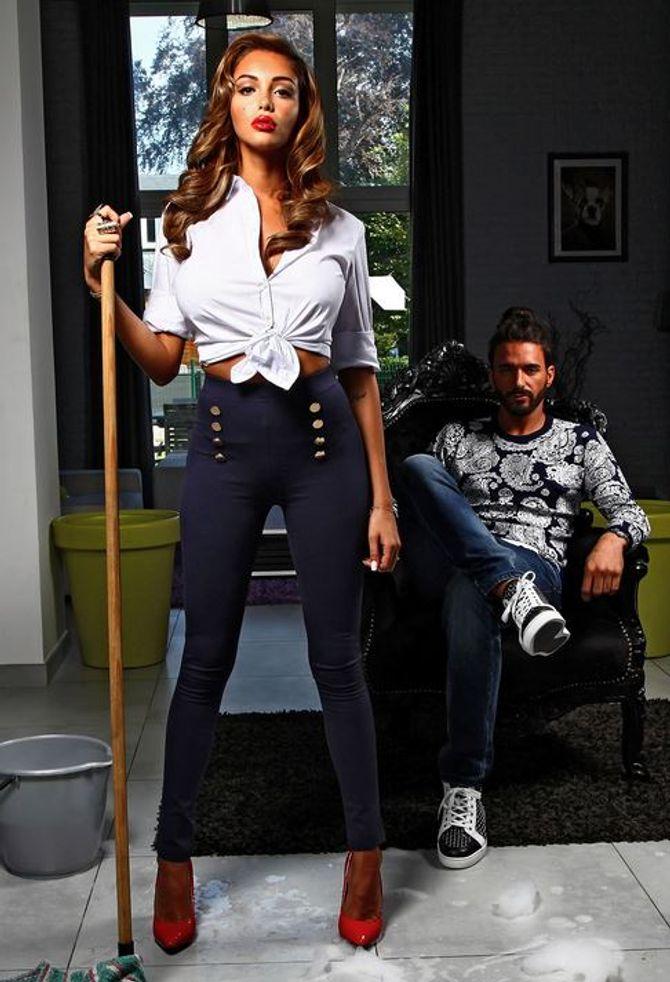 Nabilla en mode ménagère sexy pour Blooshop
