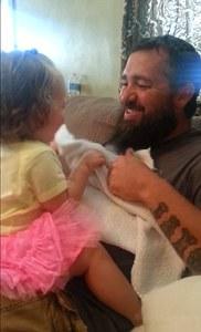 Bradley et sa fille jouent à faire coucou