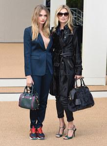 Cara Delevingne et Kate Moss au défilé Burberry le 15 septembre 2014