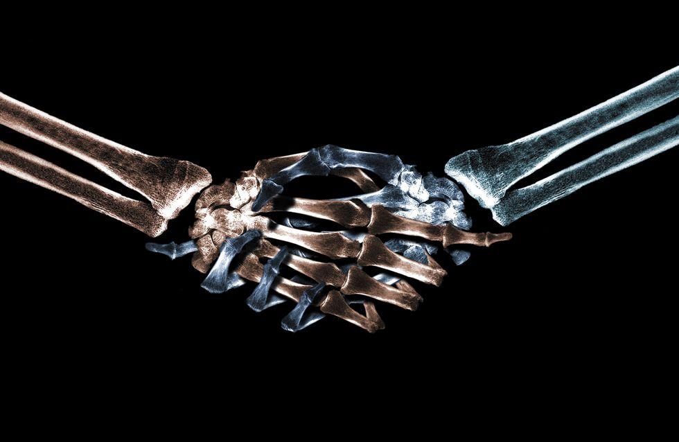 Le mystère d'un couple de squelettes de 700 ans retrouvés main dans la main
