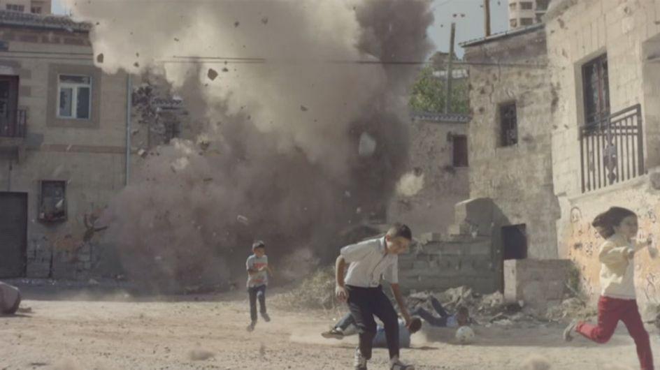Was in diesem Video passiert, schnürt uns die Kehle zu. Doch für viele Kinder ist es bittere Realität.