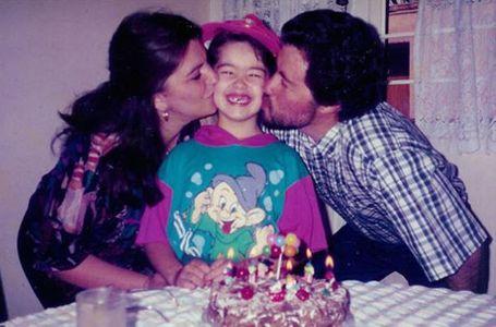 Elle reproduit la même photo avec ses parents pendant 22 ans