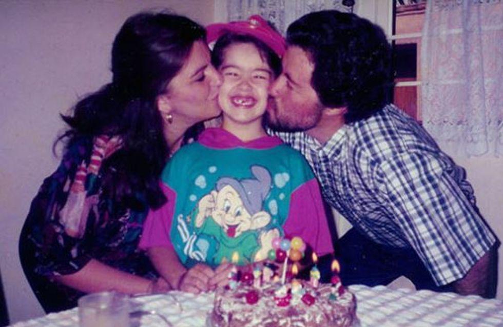 Elle prend la même photo avec ses parents pendant 22 ans