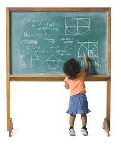 une petite fille qui fait des maths