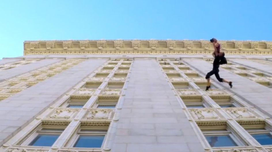 Video/ Danzare sospesi nell'aria sulla facciata di un palazzo