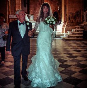 Elisabetta Canalis va all'altare insieme al padre