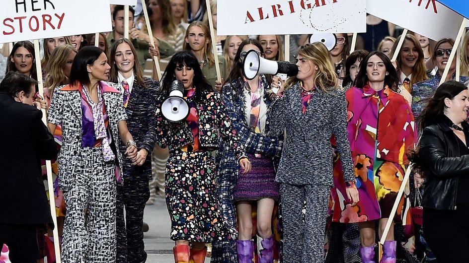 """Une manifestation """"féministe"""" pour le défilé Chanel"""