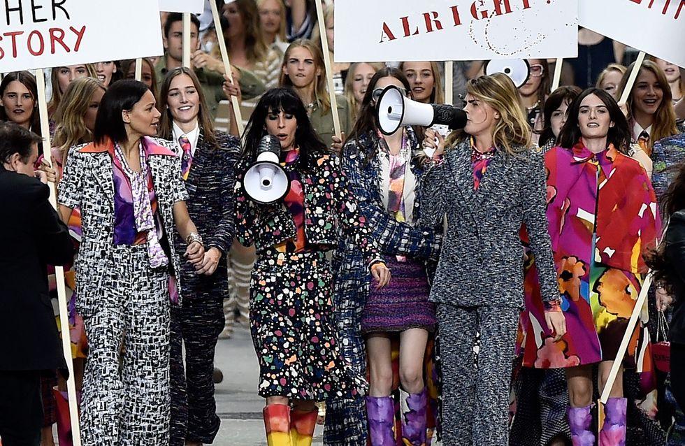 Une manifestation féministe pour le défilé Chanel