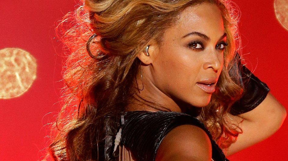 Beyoncé dévoile son soutien-gorge sur scène (Vidéo)
