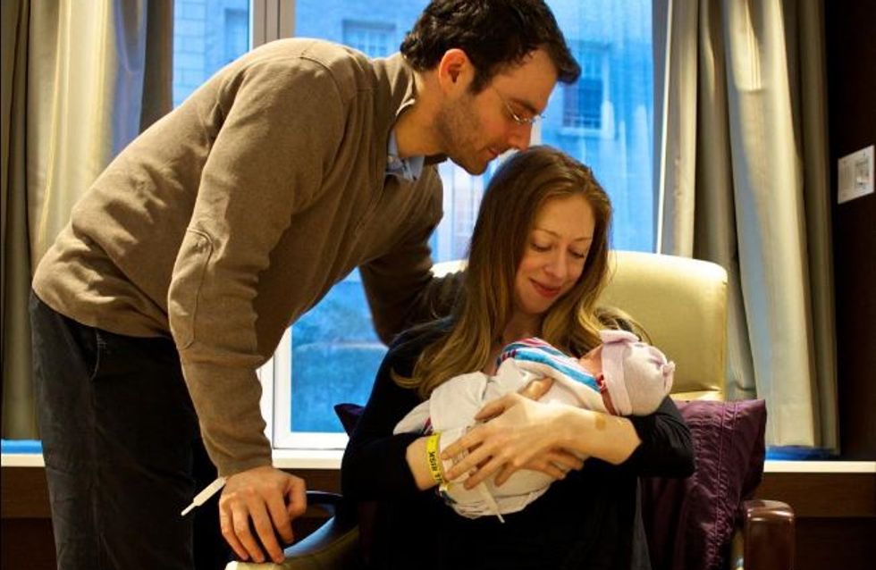 Chelsea Clinton n'aurait-elle pas un peu copié Kate Middleton pour présenter son bébé Charlotte ?