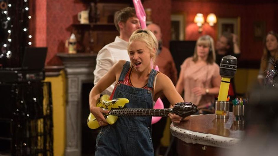 Eastenders 16/10 – Linda's mother arrives at the Vic