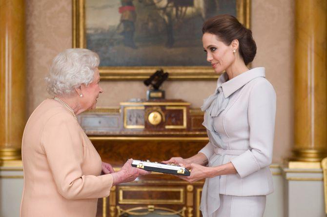 Angelina Jolie décorée vendredi 10 octobre 2014 par la reine Elizabeth II pour sa lutte contre les violences sexuelles