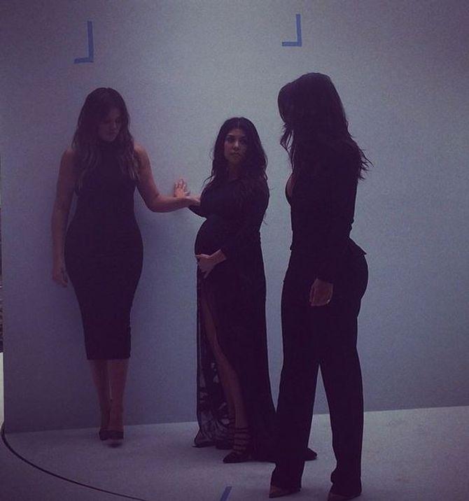 Kourtney Kardashian enceinte et ses soeurs Kim et Khloé sur un shooting