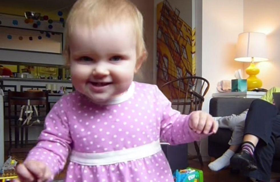 Vom Krabbeln zum Laufen: Wie dieses kleine Mädchen laufen lernt, ist soooooo süß ♥