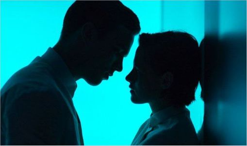 Kristen Stewart et Nicholas Hoult dans Equals.