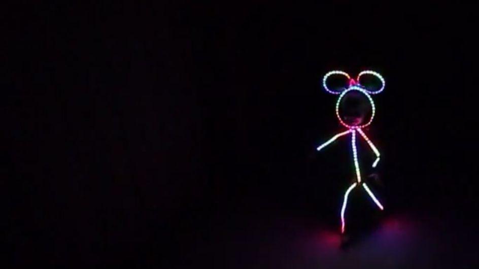 DAS ist das allercoolste Kostüm: So wird dein Kind zum leuchtenden Strichmännchen