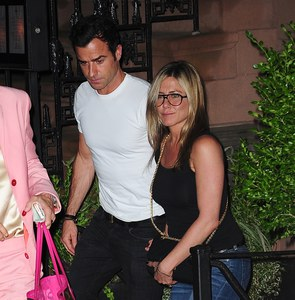 Justin Theroux et Jennifer Aniston dans la rue.