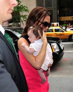 Harper Beckham dans les bras de sa mère Victoria