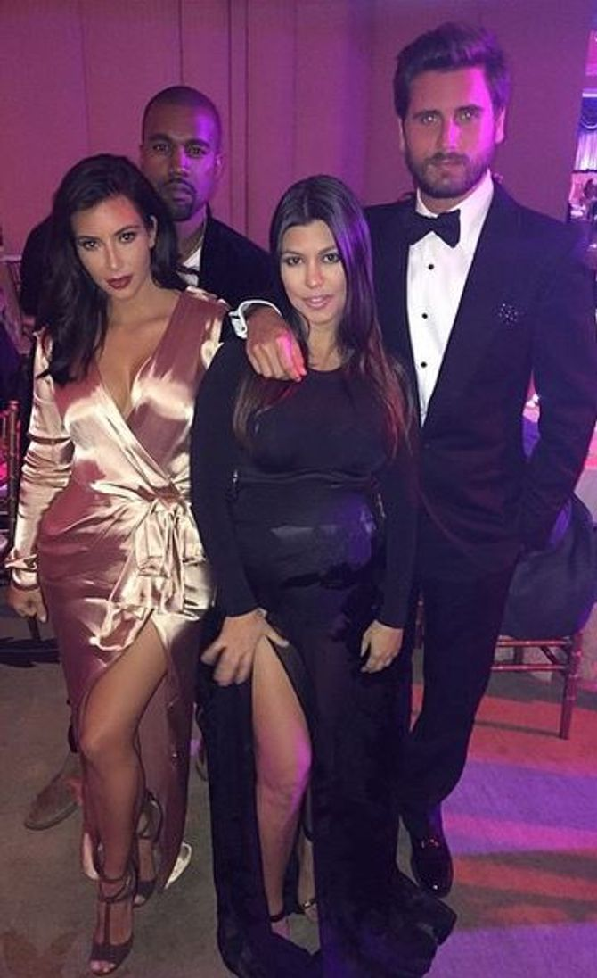 Kim et Kourtney Kardashian en robes fendues pour un mariage