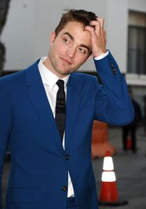 Robert Pattinson élégant.