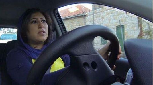 Une saoudienne au volant, elle viole la loi