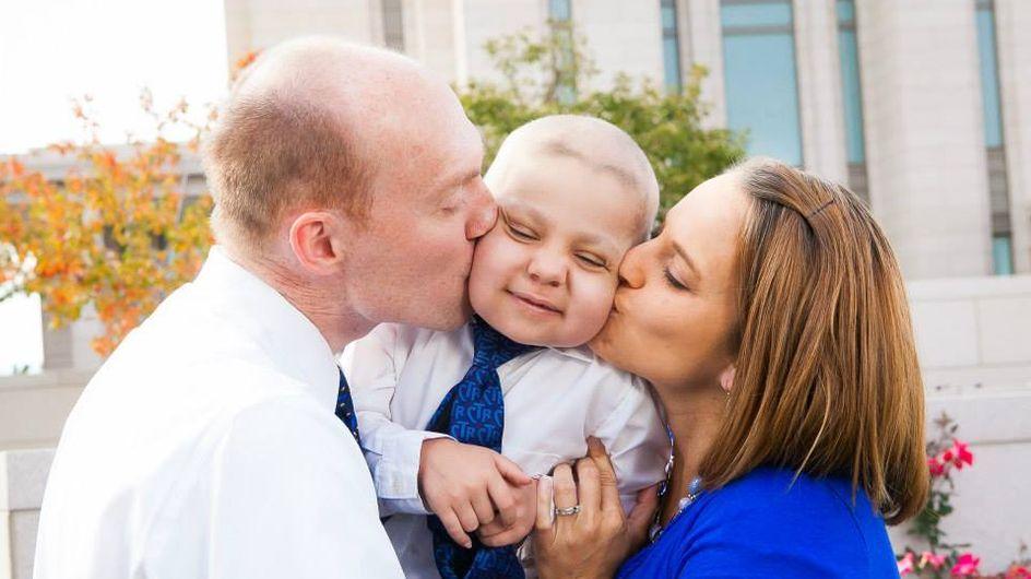 Une ville célèbre Noël en avance pour réjouir un petit garçon atteint d'un cancer