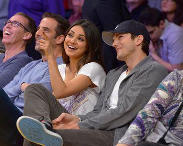 Ashton Kutcher et Mila Kunis à un match des Lakers