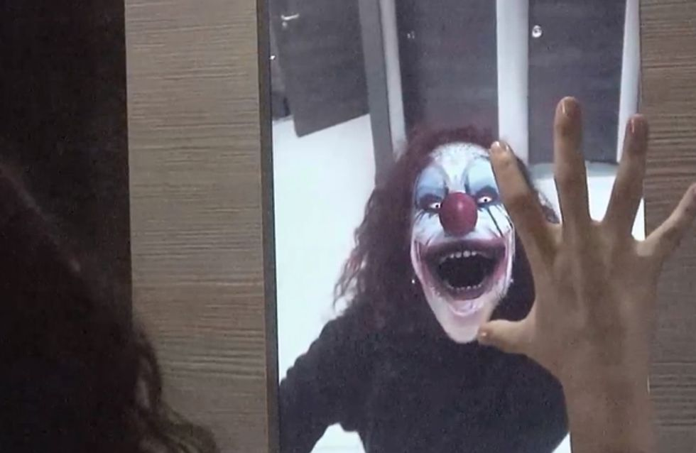 Video/ Guardarsi allo specchio e… vedere un clown assassino? La candid geniale