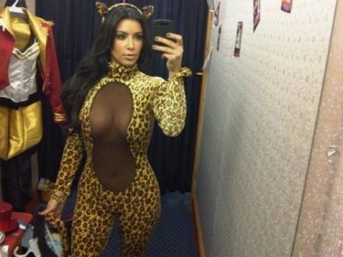 Kim Kardashian féline sexy pour Halloween