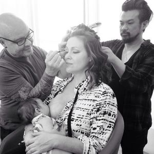 Alyssa Milano allaite sa fille Elizabella en pleine séance maquillage