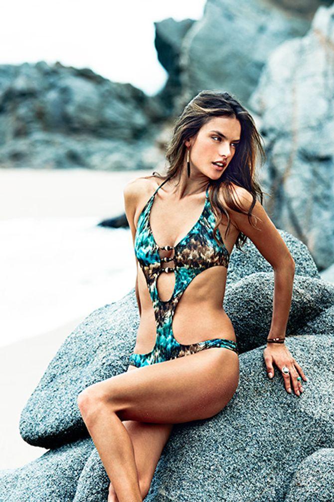 Alessandra Ambrosio pose pour sa première ligne de maillot de bain